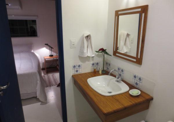 chaletescarpa_suite_quarto-e-banheiro
